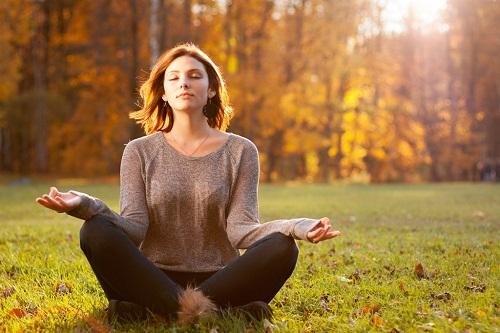Nhắm mắt thư giãn và hít thở sâu