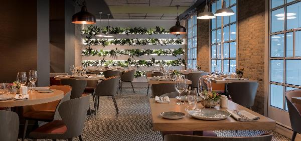 Không gian sang trọng của nhà hàng được thể hiện qua cách bố trí nội thất