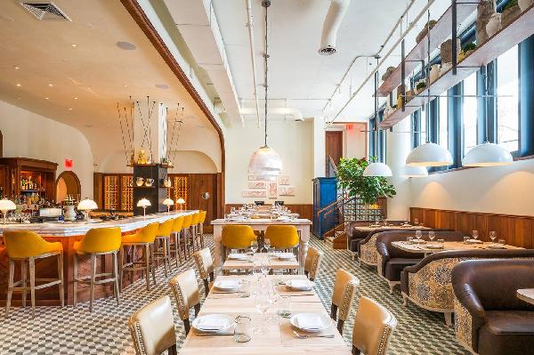 Thiết kế này giúp nhà hàng tận dụng ánh sáng từ cửa kính và làm cho không gian nhà hàng được nới rộng hơn.