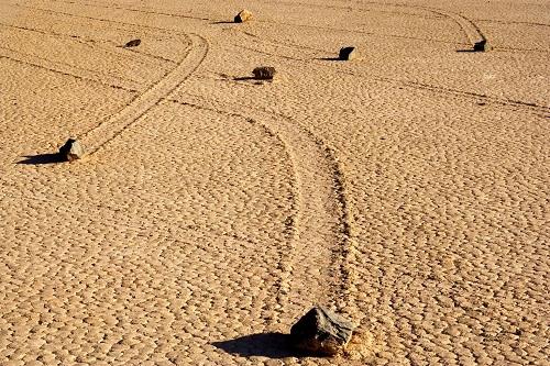 Những hòn đá biết đi tại thung lũng Chết